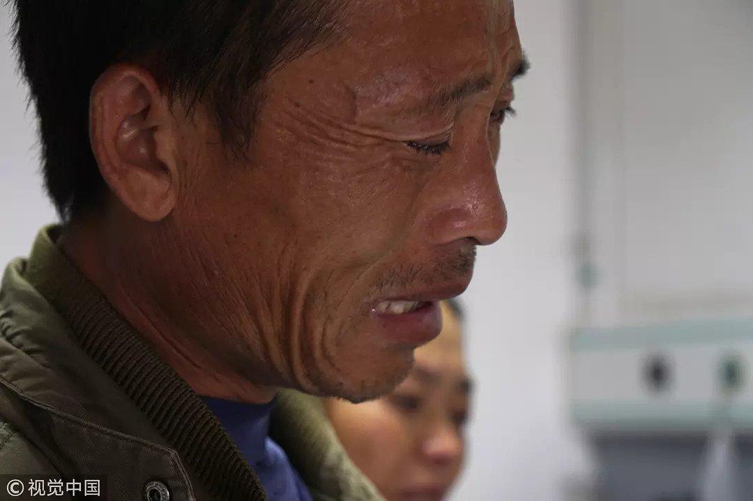 2017年9月29日,郑州,一位不惑之年的父亲因为负担不起儿子的药费失声痛哭/视觉中国