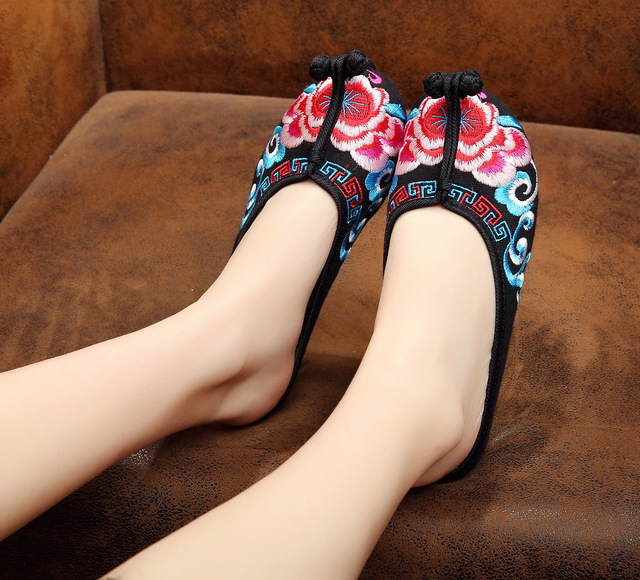New Fashion Old Peking Cloth Shoes Chinese Style Totem Flats Embroidery Casual  slippers Red+Black Women Sandals Shoes