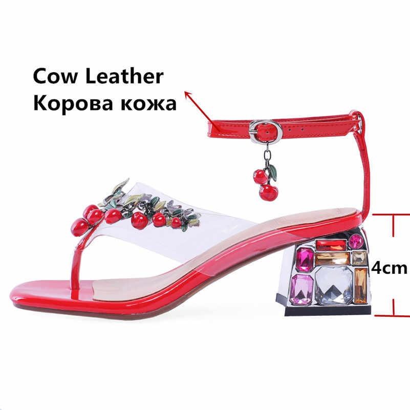 FEDONAS สีแดงเชอร์รี่จี้รองเท้าแตะหวานผู้หญิงแฟชั่นคริสตัล Inlay ส้นปั๊มฤดูร้อนรองเท้าผู้หญิงหัวเข็มขัดรองเท้าแตะ Herringbone