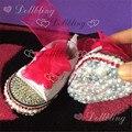 Rosa quente da lona marca de bling sapatos feitos à mão do bebê com fita partida no fundo todos capa de pérolas e Strass cristal sapatos infantis