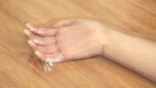 把女弭变成表情包的方法:一丝不挂全密封塑料保鲜膜真空窒息