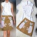 Высокое Качество взлетно-посадочной полосы 2 шт. twinset женщины пальцы вышивка collor оборками топы рубашки и аппликации кошка юбки костюмы NS398