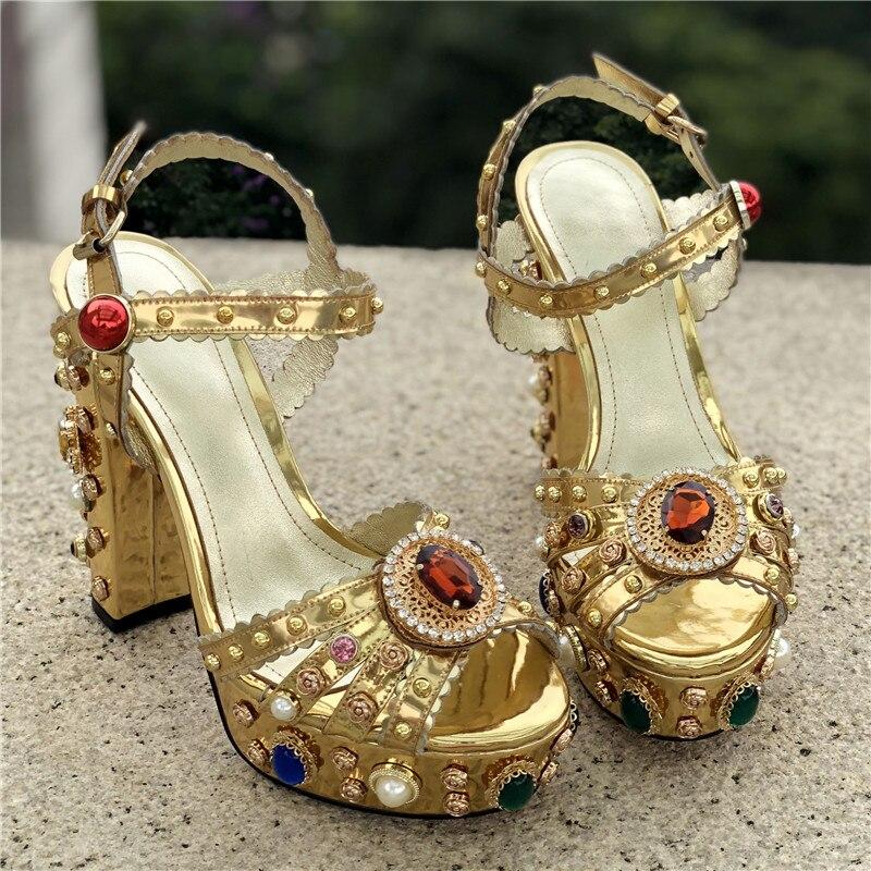 Золото изогнутые кожаный блочный каблук Стразы Украшенные босоножки на высоком каблуке; летняя дизайнерская женская обувь - 5