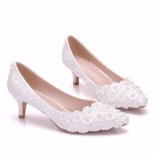 Image 3 - 크리스탈 퀸 화이트 구슬 꽃 하이힐 결혼식 신발 5 cm 발 뒤꿈치 신부 펌프 신발 여성 신발 파티와 저녁 신발