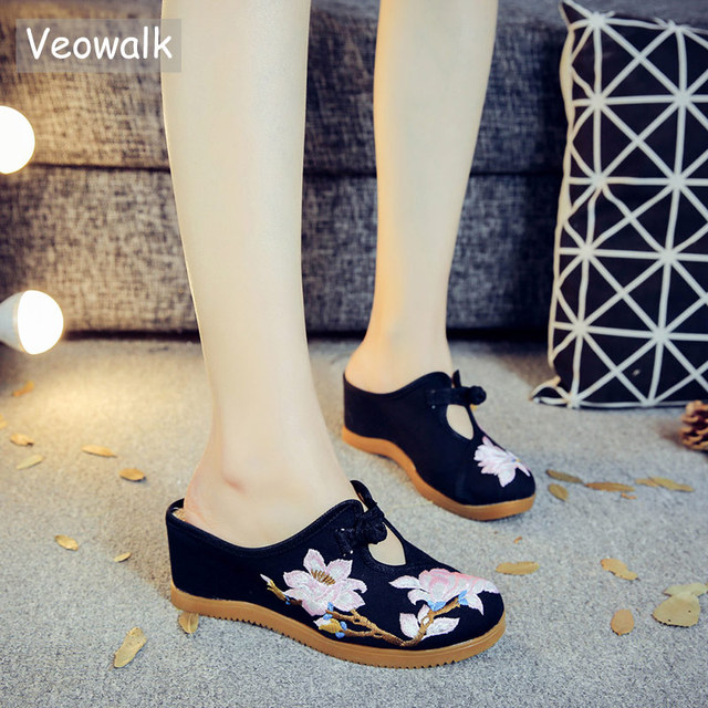 Veowalk Flower Embroidered Women Canvas Mules Wedge Slippers Slip on Close Toe Elegant Ladies Casual Summer Cotton Heeled Shoes