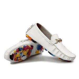 Image 2 - 新2020本革紳士靴のファッショントレンドの靴男性ローファー高級ブランド男性フラッツソフトモカシン2A