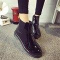 Ankle Boots de Couro à prova d' água Moda Botas de Chuva De Borracha Das Senhoras Baixo saltos Mulheres Sapatos De Pelúcia Botas Slip On Flats Mulher Tamanho 35-40