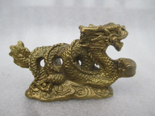 Collection de vieilles statues de dragon en cuivre dans la chine antique