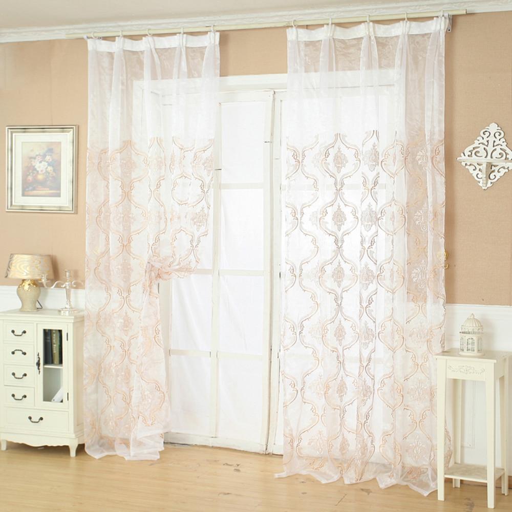 Feliz de sala de estar quarto de porta janela de clássico bordado porta corti