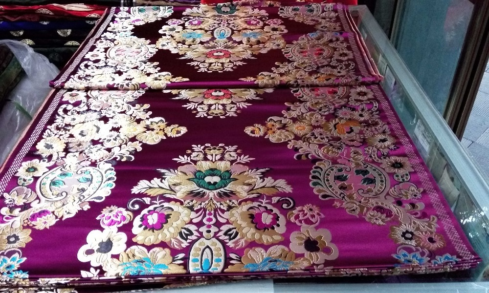 中国の伝統的な絹の錦織物の布チャイナドレス75 CMポリエステル深い紫色の背中に金、緑、青、大きな位置付けパターン