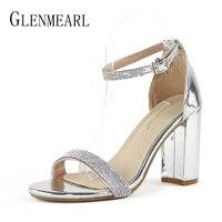 מותג נעלי אישה סנדלי נשים עקבים גבוהים פתוח יהלומים מלאכותיים קיץ מפלגת משאבות גודל סנדלי רצועות קרסול הבוהן כסף עבה דה