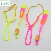 50 Pcs ou 100 pcs Surpreendente LED Light Arrow Foguete Helicóptero girando Festa Toy Voador Fun Presente light Blue