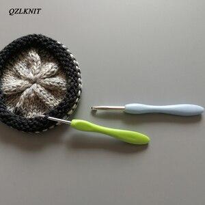 Image 5 - QZLKNIT 8 יח\סט 2.5 6.0mm וו סרוג סט צבעים בוהקים פלסטיק ידית אלומיניום וו עבור חוט Weave מלאכת סריגה מחטים