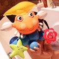 Chegam novas brinquedo do banho do bebê dos desenhos animados caranguejo roleta crianças brincando nos brinquedos de água do bebê play na praia de proteção ambiental