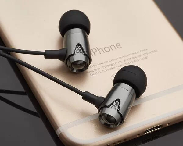 Headphone stereo heavy bass aluminum alloy wire-controlled earphone type mobile phone computer comfortable headphone 123
