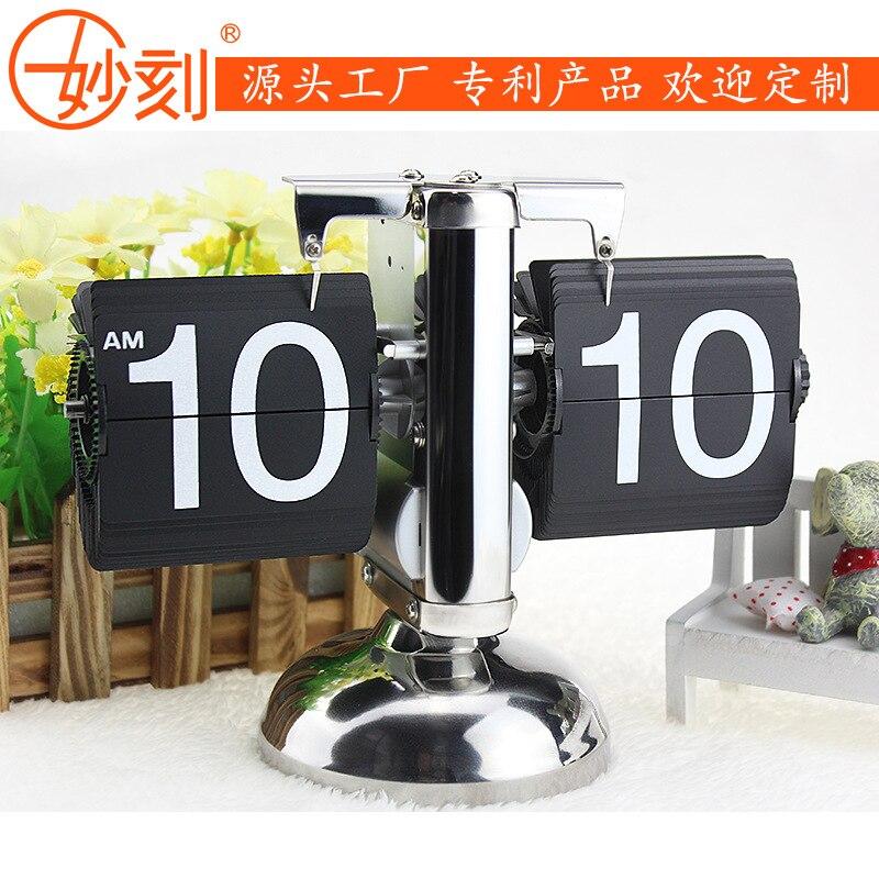 Merveilleux moment petite échelle auto flip horloge bureau table de chevet horloge classique créative horloge métal pendule horloge