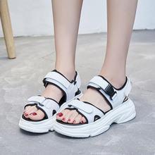 Женские летние сандалии с пряжкой черно белые удобные на платформе