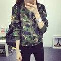 Женщины в Стиле Милитари Камуфляж Куртка Вышивка Эмблем Украшенные 2017 Новый Стенд Воротник Дамы Армии Куртки Бесплатная Доставка