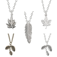 Exquisite Fashion Feather Metal Pendant Men And Women Creative Plant Necklace Retro Maple Leaf Feather Pendant Necklace Jewelry rhinestone faux crystal feather leaf necklace