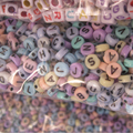 500 Unids Multi Color Granos de la Letra Del Alfabeto Granos de Acrílico Para La Joyería Niños DIY Collar Pulsera Hallazgos Cabritos Del Bebé