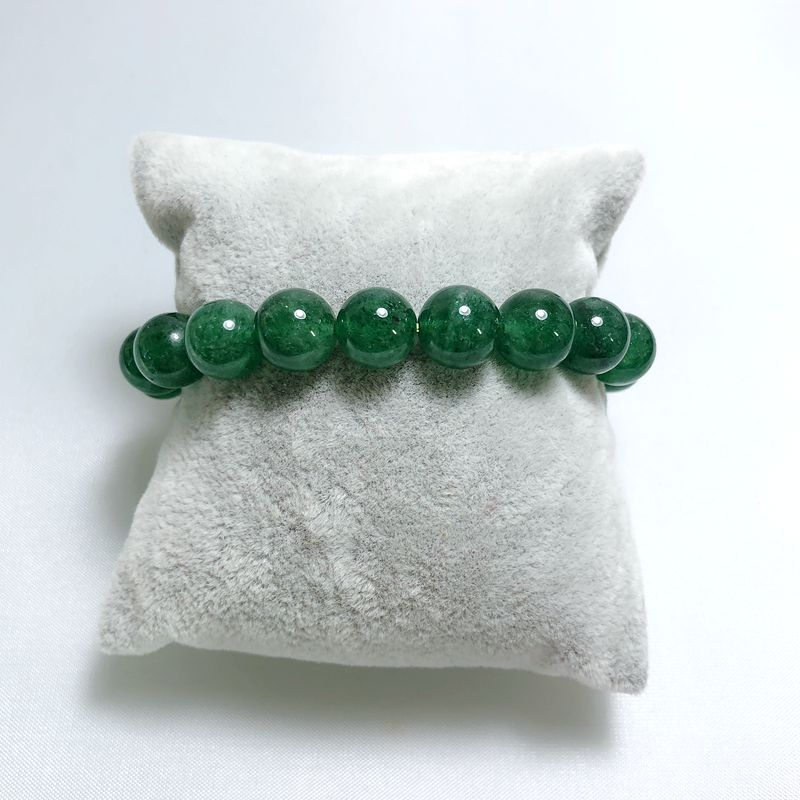 There is a 16mm green strawberry crystal bracelet that can be worn by men and women to highlight the high-end temperament.There is a 16mm green strawberry crystal bracelet that can be worn by men and women to highlight the high-end temperament.
