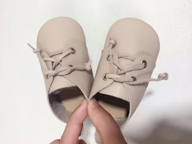 2017 Nuevo diseño Genuino de la Vaca Mocasines de Cuero beige de encaje sólida hasta Recién Nacido primer caminante Zapatos suaves del bebé recién nacido Niñas niños