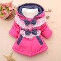 2016 Nuevos Niños Niñas Ropa de Abrigo Chaquetas de Invierno Niñas Otoño Encapuchados de la Moda Polka Lace Splice Sweater Bebe Arco-nudo escudo