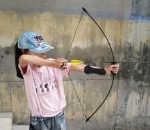 Niños doblando arco y flecha, buscando arcos de contacto y flechas, envían el dedo y la envoltura del brazo