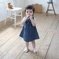 2017 Verão Das Crianças Das Crianças Meninas Correia Jean Denim Na Altura Do Joelho-Comprimento Vestidos Azul Arco Sólido Vestido de Cowboy Vestido de Verão