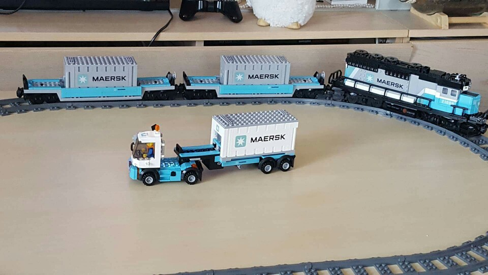 lepin 21006 Builder The Maersk Train 10219 model Building Blocks Policeman Toys For Children Compatible with lego kid gift set lepin 20031 technic the jet racing aircraft 42066 building blocks model toys for children compatible with lego gift set kids