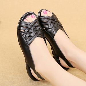 Image 3 - Сандалии женские из натуральной кожи, босоножки на плоской подошве, открытый носок, танкетка, повседневные туфли для мам, черные, большие размеры, лето 2020