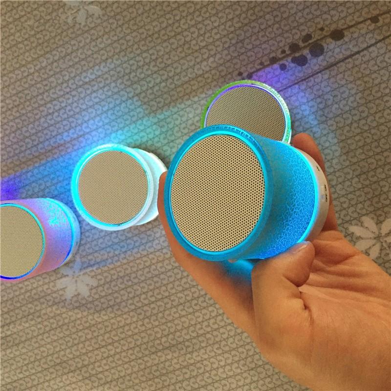 LED valgustusega väike kõlar