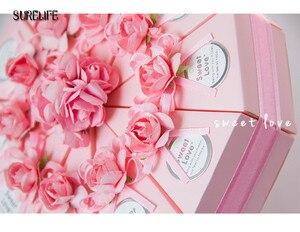 Image 4 - 50pcs rose/bleu personnalisé triangulaire gâteau Style faveurs de mariage boîtes à bonbons fête papier boîte cadeau avec Faux étiquettes de fleurs rubans