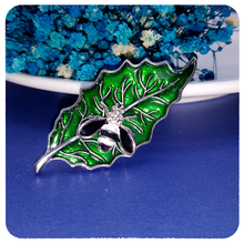 Delicate Enamel Green Leaf Brooch with a Little Cute Bee Unique Design of Lapel Pin for Coat/Hat/Scarf Accessories все цены