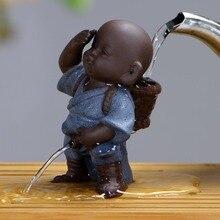 Dropship סיני קרמיקה תה לחיות מחמד בודהה פסל נזיר בית תפאורה קישוט פיפי ילד סגול חול תה קישוטי מתן שתן ילד