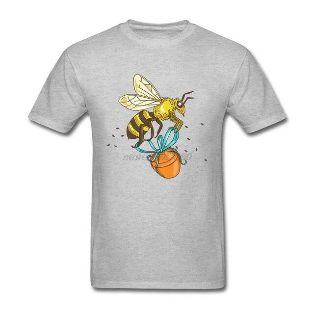 Concepção de Trabalho Personalizado Tshirts Homem Carregando Pote de Mel de  Abelha Desenho O Pescoço de df721590f25