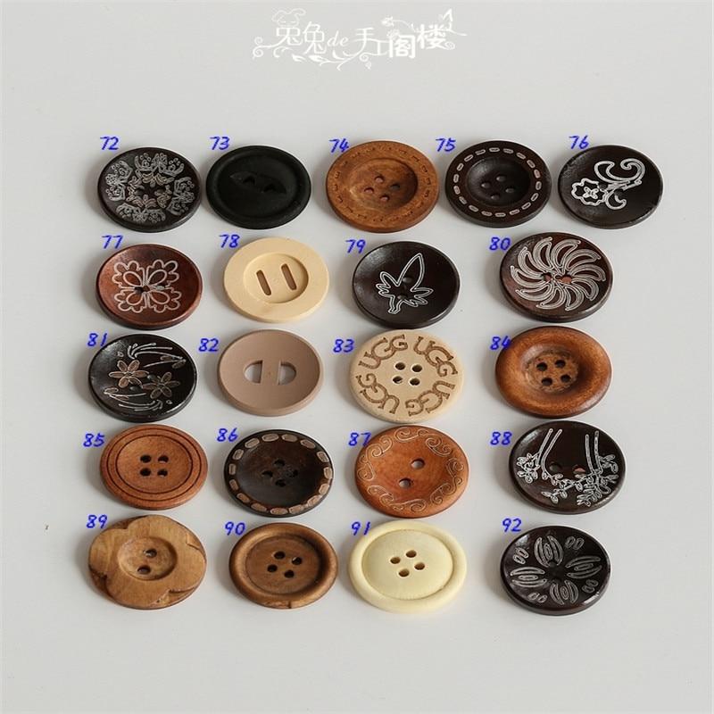 a6a710459dd ٩( ‿ )۶Vintage en bois marron bouton pull chaîne couleurs primaires ...
