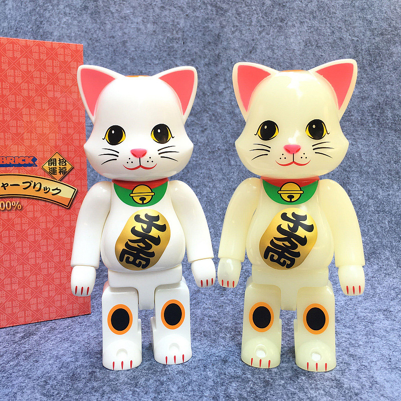 Hot Selling 400% Be@rbrick Cos New luminous Lucky Cat Bearbrick Action Figure With Retail Box 400% 28cm aristocratic lady bearbrick gloomy bear blocks cos movable action figure toy high copy version with original box