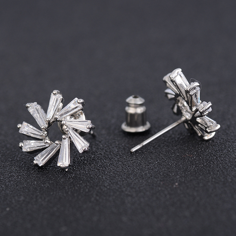 2017 New Style Shiny Cubic Zircon Flower Shape Hollow-out Stud Earrings for Women Fashion Cute Copper Material Earring Good Gift