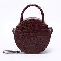 Круглая сумочка с эффектом крокодиловой кожи