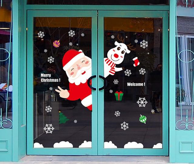 Escaparate comercial puerta festival de santa claus puerta for Puertas decoradas navidad material reciclable