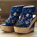 La nueva marea de zapatos bordados de las mujeres étnicas fuerte viento con paja sandalias de cuña