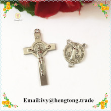 Дешевые 30 комплектов покрытый sivler религиозный Розарий части и Подвески католические четки крест Иисуса и Святого Бенедикта центр кусок