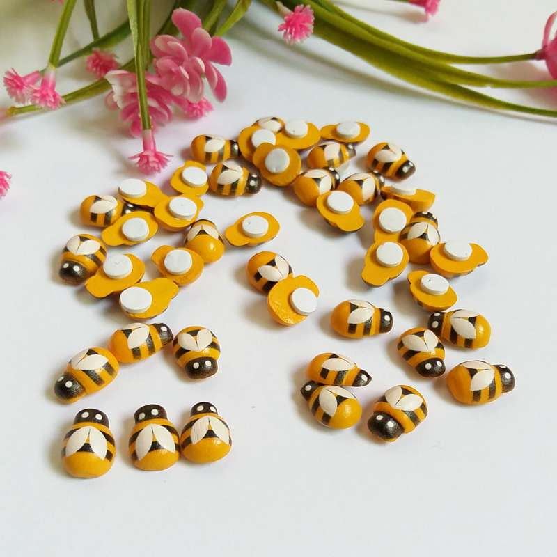 Yellow Pearlised  Buttons  X 10   Sewing//Costume//Crafts//Scrapbooking