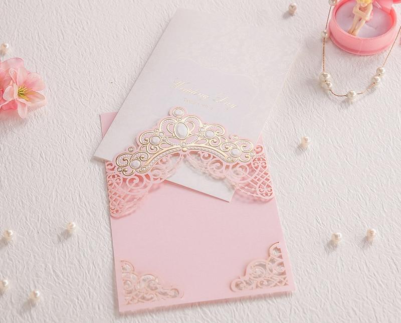 50 個ピンクレーザーカット結婚式招待状カードエンボス中空フローラデザインのため CW6072  グループ上の ホーム&ガーデン からの カード & 招待状 の中 1