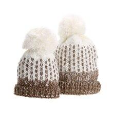 2 unids Pom Pom de Piel de Invierno Caliente Gorras de Moda Mamá y bebé de Punto Bobble Beanie Hat Niños Capó Sombrero del Padre-Niño Sombreros tapas
