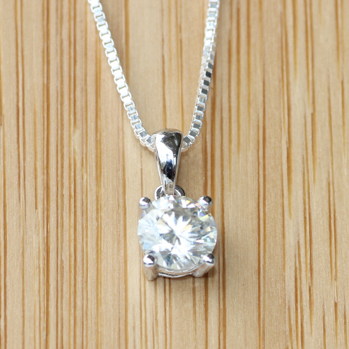 Queen Brilliance 0.8 CARAT CT 6MM No Less Than GH VVS2 4 Prong Solid 18K 750 White Gold Lab Grown Moissanite Diamond Pendant