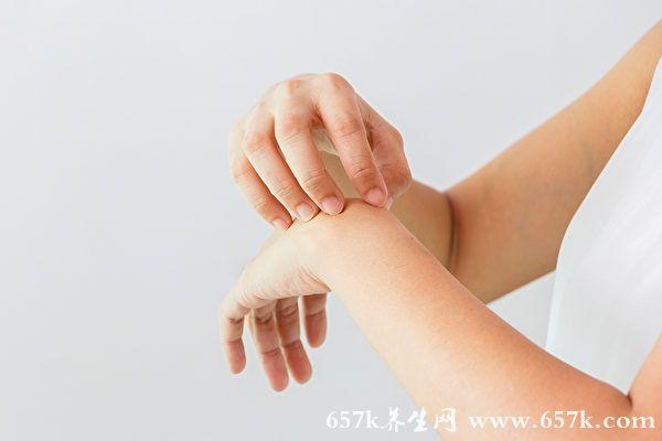 汗疱疹常长在手脚 痛痒难忍!中医的治疗保养法