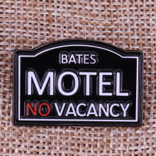 Bates Motel horror Movie Prop Spille Distintivo Alfred Hitchcock fan film regalo lover Spilla(China)
