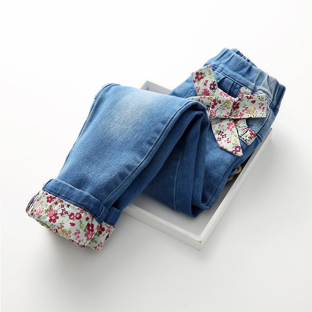 2016 Otoño Nueva Llegada de los Bebés de La Manera Mezclilla Niñas Floral bowknot Jeans Primavera Niño Otoño Pantalones Largos